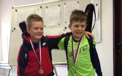TENIS – bronzové medaile vybojovali na celostátním turnaji kategorie C v Pelhřimově devítiletí mladší žáci David Matoušek (vlevo) a Filip Bryol z Tenisového klubu J. Hradec.